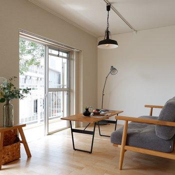 【LDK】柔らかな印象のお部屋には黒い照明などで引き締めましょう。※家具はサンプルです
