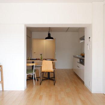 【LDK】バルコニー側からダイニングを。扉なく絶妙な仕切りですね。※家具はサンプルです