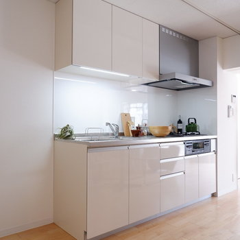 【LDK】キッチン横には冷蔵庫を。収納も十分です。※家具はサンプルです