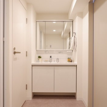 脱衣所スペースしっかり取られています。※家具はサンプルです