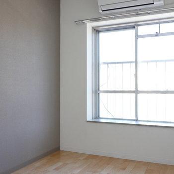 【約4.15帖】こちらはコンパクトな洋室。 ※写真は同階反転間取り別部屋のものです