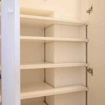 玄関収納はちょっと少なめかも。 ※写真は同階反転間取り別部屋のものです