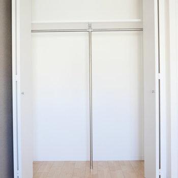 【約5.72帖】収納はハンガーかけられます。 ※写真は同階反転間取り別部屋のものです