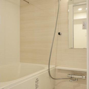 浴室もゆったり。 ※写真は同階反転間取り別部屋のものです