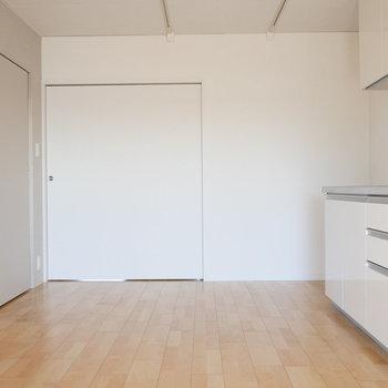 【DK】振り返って、リビングから。 ※写真は同階反転間取り別部屋のものです