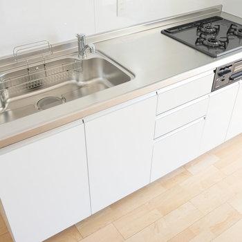 【DK】キッチンはグリル付きの3口ガスコンロ。 ※写真は同階反転間取り別部屋のものです