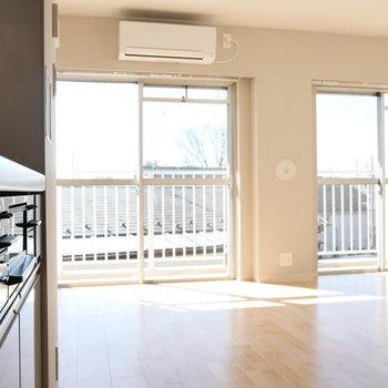 【DK】キッチンから窓を。 ※写真は同階反転間取り別部屋のものです