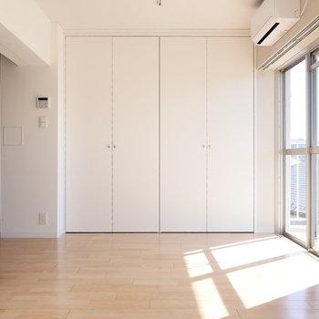 【リビング】振り返ると、収納スペース。 ※写真は同階反転間取り別部屋のものです