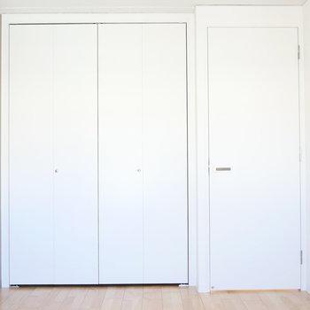【約5.72帖】アクセントクロスが素敵な洋室です。 ※写真は同階反転間取り別部屋のものです