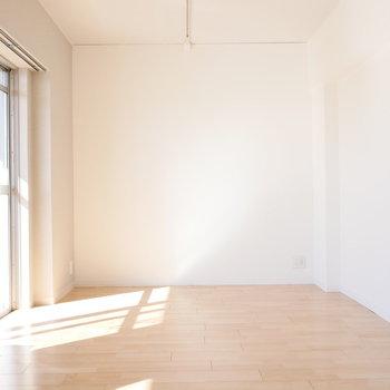 【リビング】約8.5帖と、ゆったり。 ※写真は同階反転間取り別部屋のものです