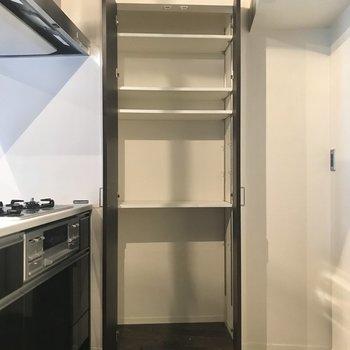 キッチンに棚があるのって嬉しいですよね!
