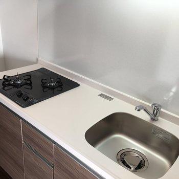 キッチンは白で清潔感あり◎