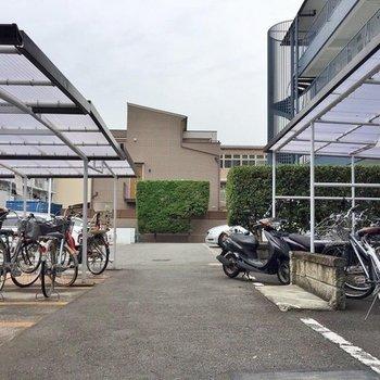 駐輪場は1階にしっかりとあります、駐車場も!