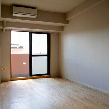 明るい窓と、居心地のよい床に癒されてください。
