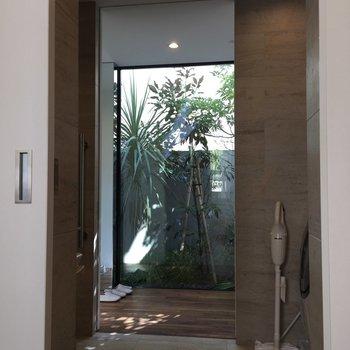 なんと!水回りには寝室からと玄関側の廊下から行けるんですね。便利。
