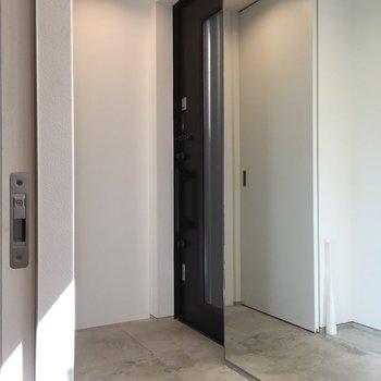 玄関には大きな鏡があります。