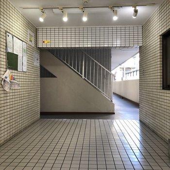 2階へは奥の階段で行きましょう〜。