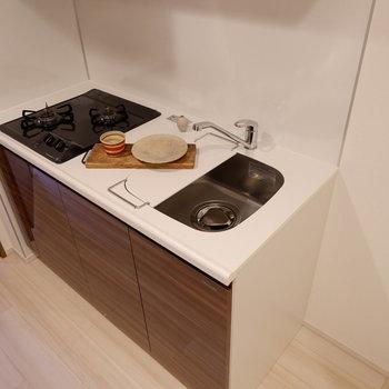 キッチン横に冷蔵庫置き場があります。※家具は見本です。