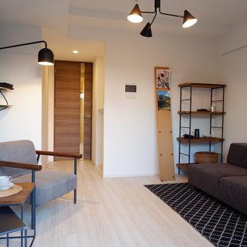 中央スペースを開けて置くとスッキリ見えますね。※家具は見本です。