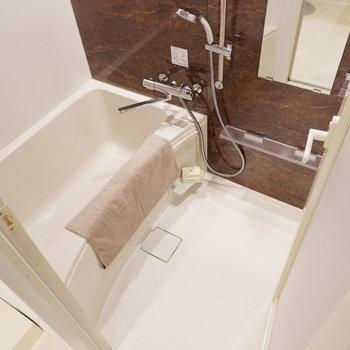 浴槽もゆったり浸かれそう。※家具は見本です。
