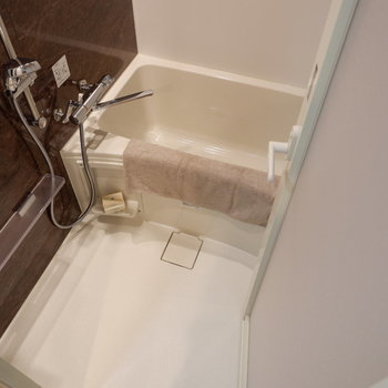 お風呂場はちょうど良く一人分。※家具はサンプルです