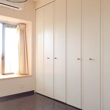 奥の洋室には大きめクローゼット!※写真は13階の同間取り別部屋のものです。