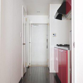 キッチンや水回りは玄関からすぐのところに集約されてます※写真は13階の同間取り別部屋のものです。