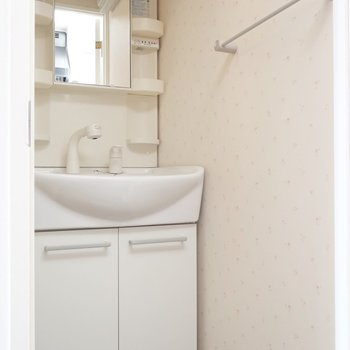 洗面も大きめシャンプードレッサー!※写真は13階の同間取り別部屋のものです。
