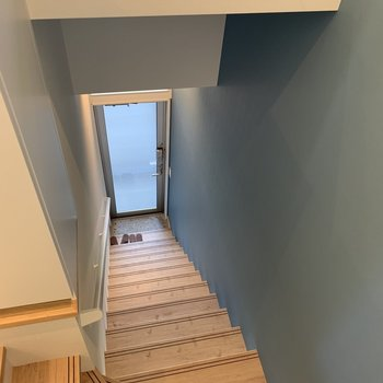 階段横の壁紙可愛いですね。