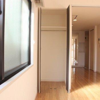 リビングの隅に設置された収納。※写真は3階の同間取り別部屋のものです