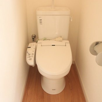 トイレはウォシュレット付き。※写真は3階の同間取り別部屋のものです