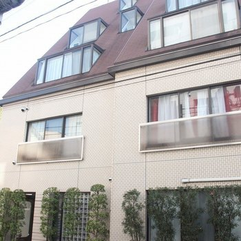 モダンでかわいらしい外観のマンションです。※写真は3階の同間取り別部屋のものです
