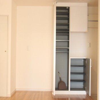 キッチン、玄関横の収納。扉には姿見も。※写真は3階の同間取り別部屋のものです