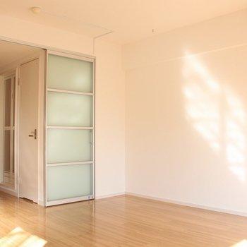 リビングとキッチンは、スライドドアで隔てられます。※写真は3階の同間取り別部屋のものです