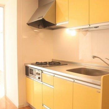 黄色のシステムキッチンもステキですね!※写真は3階の同間取り別部屋のものです