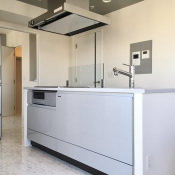 アイランドキッチンは存在感がありますね。(※写真は20階の同間取り別部屋、モデルルームのものです)