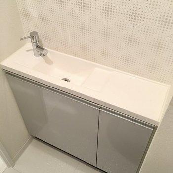 小さな手洗い場もあります。(※写真は20階の同間取り別部屋、モデルルームのものです)