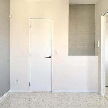 優しい色合いのクロスに壁付けで、ダブルベッドを置こうかな。(※写真は20階の同間取り別部屋、モデルルームのものです)