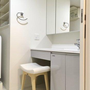 入ってすぐ大きな洗面台。ドレッサー付きです。(※写真は20階の同間取り別部屋、モデルルームのものです)