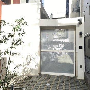 自転車置き場はマンション横にありました。オートロック付き。