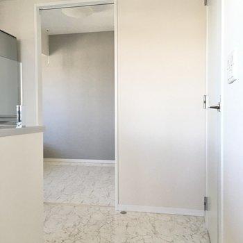 キッチン横に洋室があります。(※写真は20階の同間取り別部屋、モデルルームのものです)
