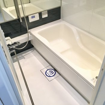 お風呂が広いんです。足が伸ばせるなんて・・・!嬉(※写真は20階の同間取り別部屋、モデルルームのものです)