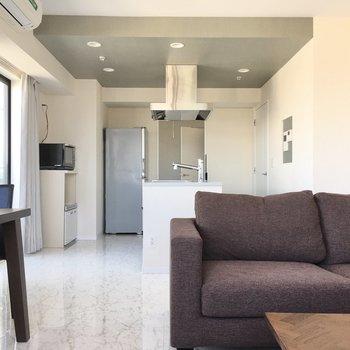 家具もゆったりサイズ、高級感があるものをチョイスしたい。(※写真は20階の同間取り別部屋、モデルルームのものです)