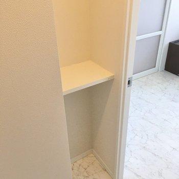 扉の前にコンパクトな棚もあります。小物はこちらに。(※写真は20階の同間取り別部屋、モデルルームのものです)
