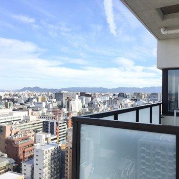 晴れた朝、バルコニーで飲むコーヒーはどれだけ美味しいのだろう。(※写真は20階からの眺望です)