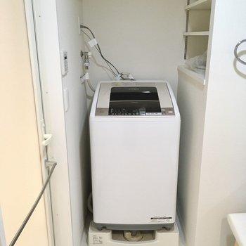 横に洗濯機置場。可動式の棚に洗剤を置きましょう。(※写真は20階の同間取り別部屋、モデルルームのものです)