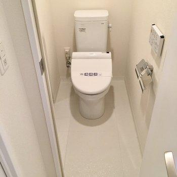 トイレはウォシュレット付き。(※写真は20階の同間取り別部屋、モデルルームのものです)