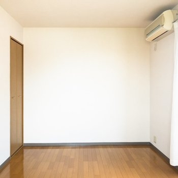 エアコンの下にベッドを置こうかな。※写真は2階の同間取り別部屋のものです