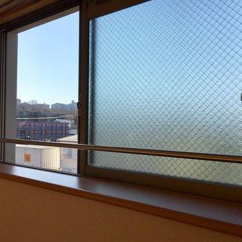 ちょっとだけど出窓になっています。