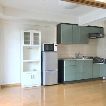 そう、家具家電付き!冷蔵庫や電子レンジ、レンジ台も付いています!